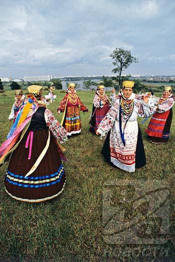 俄罗斯各地区都为俄罗斯族民族服装增添了自己的特色,这些特色