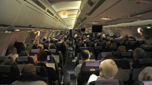 许多经常飞来飞去公务或休闲旅行的人都知道,一周甚至一天里不同时间的航班机票价格不同,有时差别还很大。 根据英国消费者权益机构Which?的最新调查,出国旅行,星期二启程的机票最便宜,比星期六出发平均可以节省35%。 该机构对9月份从伦敦三个机场出发前往都柏林、巴塞罗那和阿利坎特三个欧洲城市的近1200张预售机票价格作了分析对比后得出上述结论。 英国航空公司(BA)、易捷(easyJet)和瑞安(Ryanair)这三家英国最大民航公司周二出发的机票最便宜。 比如,从伦敦盖特威克(Gatwick)乘易捷航班飞