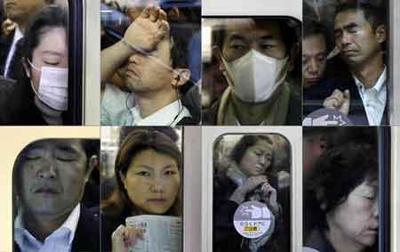 """雙語:東京地鐵如""""通勤地獄""""擁擠不堪圖片"""