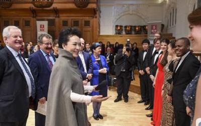 彭麻麻参观英国皇家音乐学院 称音乐超越国界